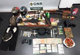 Detidos em flagrante por furto em residência na Praia da Areia Branca