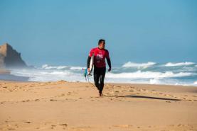 Surfistas Vasco Ribeiro e Frederico Morais qualificados para o dia final do 'Pro Santa Cruz'